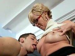 Mujer madura adora el sexo con jovenes