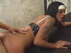 novia Victoria Brown seduce a sacerdote. novia Victoria Brown seduce a sacerdote