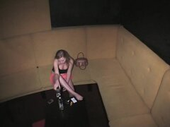 Sala voyeur estirando las piernas, la acción de sala voyeur privado con muñeca desnuda estirar las piernas