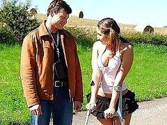 Adolescente en apuros con una pierna lesionada obtiene su apretado ano explorado meticulosamente y le encanta