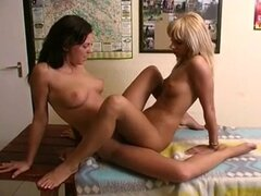 Tribbing lesbianas en mesa (raro). Tribbing lesbianas en mesa (raro)