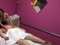 Pequeña masajista asiática dickriding apasionadamente. Pequeña masajista asiática con cuerpo enroscado dickriding muy bien hasta que corrida