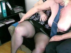 OldNanny madura con tetas grandes masturbarse con Granny chubby juntos