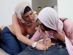 Stepmommy Árabe Unidos perforado en trío. Stepmommy Árabe Unidos perforado en trío mientras Lamiendo coño apretado adolescentes