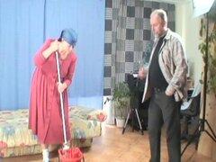 Contrató a la chica vieja para limpiar su casa y su polla - el placer cachonda, Pavel