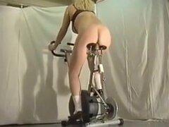diversión con el follador de la moto, sexo salvaje video con una moto loco. Mujer amateur montando una bicicleta folladora todo terreno. Ver más salvaje