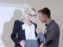 BABES - oficina obsesión - su atención por favor, protagonizada por Karol Lilien y Charlie Dean el clip. BABES - oficina obsesión - su atención, por favor, protagonizada por Karol Lilien y Charlie Dean clip