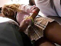 Caliente jovencita Asiatica rubia muy hermosa es manoseada dentro de un tren publico y le encanta