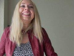Rubia rusa folla en la escalera. Sexy rubia amateur rusa toma efectivo y parpadea tetas grandes a extraño luego chupa su enorme polla y folla en pov público escalera