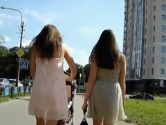 Jóvenes Maduritas y sus faldas cortas espiado, es genial cuando Maduritas atractivas tiene amigos que están en el mismo nivel de ellos y es aún mayor cuando un mirón tiene la oportunidad de cola tal duo de proximidad, mientras que dos de ellos están mostr