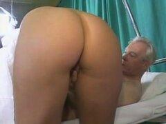 Hermosa enfermera teniendo sexo con viejo en el Hospital