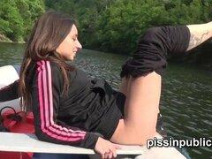 Disfrutan de chicas hermosas meando por el lago y pee incluso desde el barco