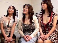 Tres MILFs japonesas teniendo sexo CFNM salvaje con un hombre