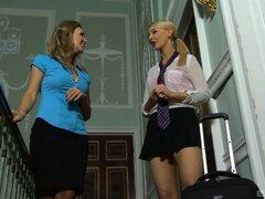 Adolescentes en minifaldas tienen hermoso sexo lesbico - Jess oeste, Katie K