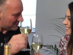Chica caliente cachonda jugar femdom con hombre viejo Italiano