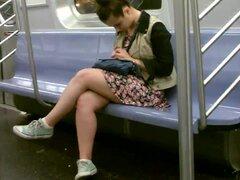 Hermosa vista de las piernas, admirar bonitas piernas en el tren.