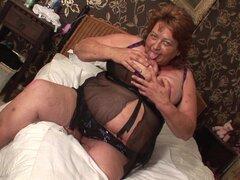 Brigit es una gran dama que goza de perder su mano entre sus piernas - Brigit