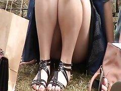 Travieso voyeur captura a una jovencita muy sexy mientras su falda se levanta en publico