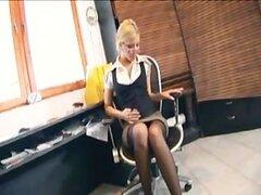 Rubia secretaria con gafas follando en ropa interior en la oficina
