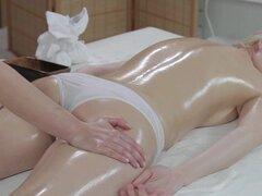 Masaje habitaciones inocente jovencita rubia tiene orgasmo profundo con la masajista lesbiana