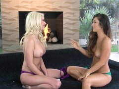 Eva Lovia y Spencer Scott se desnuda