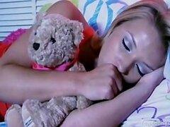 Monstruo debajo de la cama folla un adolescente durmiendo sobre Kelly Madisons Hou