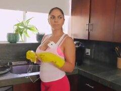 madrastra limpiando mi criada de apartamento
