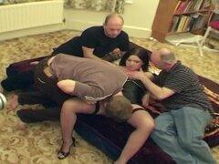 Mujer filma a una gordita amateur teniendo sexo con cuatro chicos a la vez