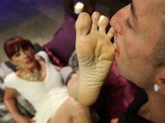 Maitresse Madeline consigue su coño y los pies que me lamidos y le da un footjob