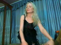 Gal madura muestra sus bienes en la webcam, esta hermosa bimbo madura con enormes pechos y cara bonita decidida mostrar su espectacular cuerpo en esta webcam erótica video. Ella acaricia su cuerpo mientras se está usando las medias de red de fumar.
