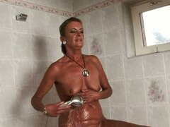 mujer madura follada después de una ducha