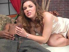 Increible Katie Thomas tiene sexo Interracial con un chico negro