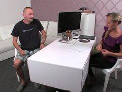 Jack en su entrevista porno con agente femenino. Potente chico Jack consigue en su primera entrevista porno con un agente femenino muy sexy en este sexo real video y él parece dispuesto a golpear le.