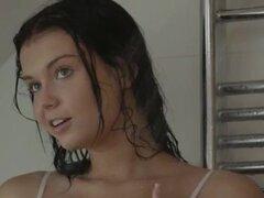 DarkHair chica mastrubating en la ducha. Todavía pensando en esta película asesino morena chick mastrubating en la ducha