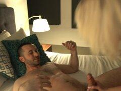 Ama de casa aburrida Maxim Law despierta a su marido para una cogida - James Deen, Maxim Law