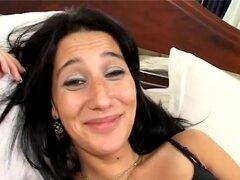 Las latinas solo quiere divertirse. Chica Latina exquisita espíritu libre Lara Castellanos obtiene golpeó en su culo y el coño por dos tíos calientes polla larga
