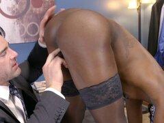 Su peluquero personal es una chica negra que le encanta follar - Ana Foxxx, Charles Dera