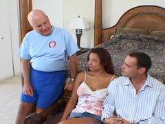 Viendo su esposa consigue follada es divertido, Brad puede no ser muy brillante. Él no puede satisfacer a su caliente esposa Jade Russell en la cama por lo que compromete a dejar que a su explosión otro chico como él llega a ver. Presenta a su marido Alec