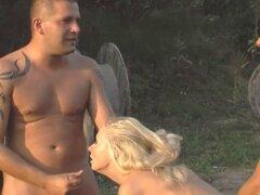 Chicas del Real Ejército juegan de mamadas antes de follar. Chicas del Real Ejército juegan mamada antes de follar al aire libre suerte chicos