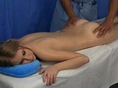 Chica desnuda está lista para la pelicula porno de masaje caliente