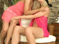 Disfrutan de dos magníficas pelo lesbianas chicas de oro Brandy Smile y Sophie Moone en una acción sensual y caliente sexo lésbico en la cama con los ojos vendados y coño lamiendo pasando.