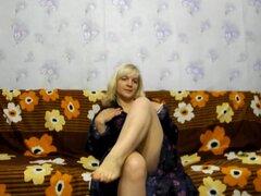 Madura Rubia amateur se masturba en el sofá