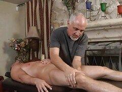 Gay culo caliente pálido obtiene masaje de cuerpo entero de gay mayor