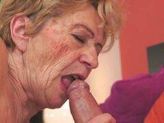Malya en Vintage Vagina - 21Sextreme, Golden Girl Malya deportes una vagina vintage que sólo ha mejorado con la edad. ¡Ella se frota y se moja hasta un punto de no control! Dale que así la abuela le gusta, duro y lento del martillo. No en vano, la muchach