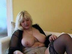 Abuela BBW masturbandose en la sala de estar