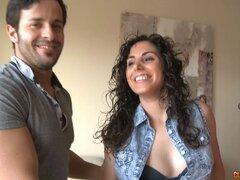 Sirvienta con el pelo rizado se involucra en la sesión doggy esperada - Natalia Bcn, Nick Moreno