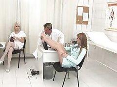 Caliente enfermera rubia lesbiana con fetiche por los pies le encanta dar orales en increible trio