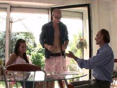 Viejo marido pide a otro hombre golpear a su joven esposa