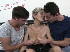 Abuela real en una acción trío