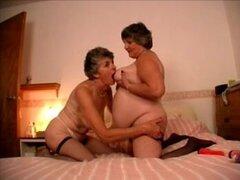 Dos abuelas cachonda Carol y Libby usan juguetes para satisfacer mutuamente